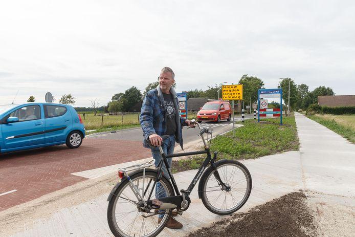 Randy Leeper (bestuurslid dorpsbelang) op het vernieuwde fietspad- en wegdek langs de Steenwijkerweg.