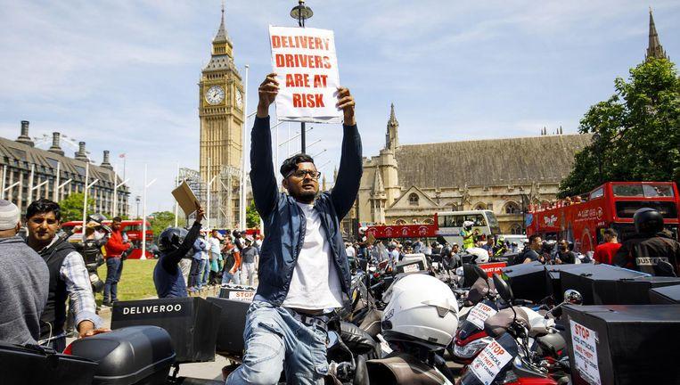 Bij de Big Ben in Londen brengen brommerkoeriers het gevaar van aanvallen met zuur onder de aandacht. Beeld Hollandse Hoogte