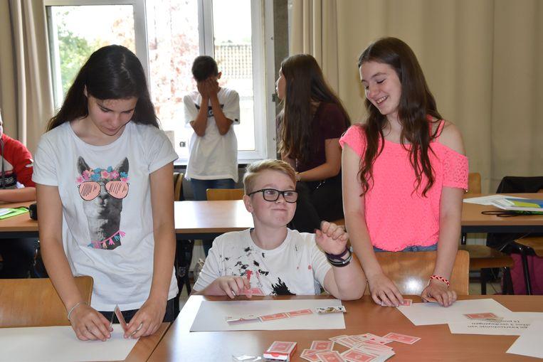 Eerste schooldag op het GO! Atheneum Denderleeuw. Enkele leerlingen proberen een kaartenhuisje te bouwen van minstens drie verdiepingen.