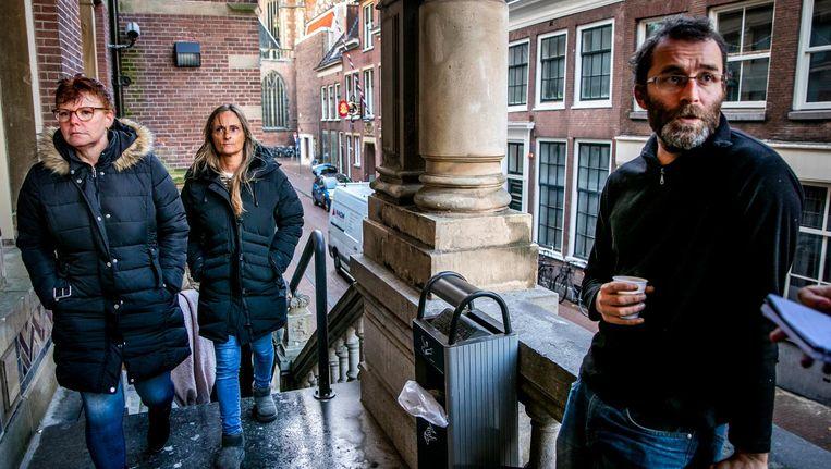 Rogier Meijerink, rechts in beeld, voor de deur van de rechtbank. Via een kort geding wil hij een aangepaste Piet Beeld anp