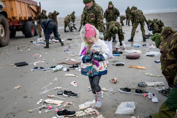 Iedereen helpt mee de stranden weer schoon te krijgen.