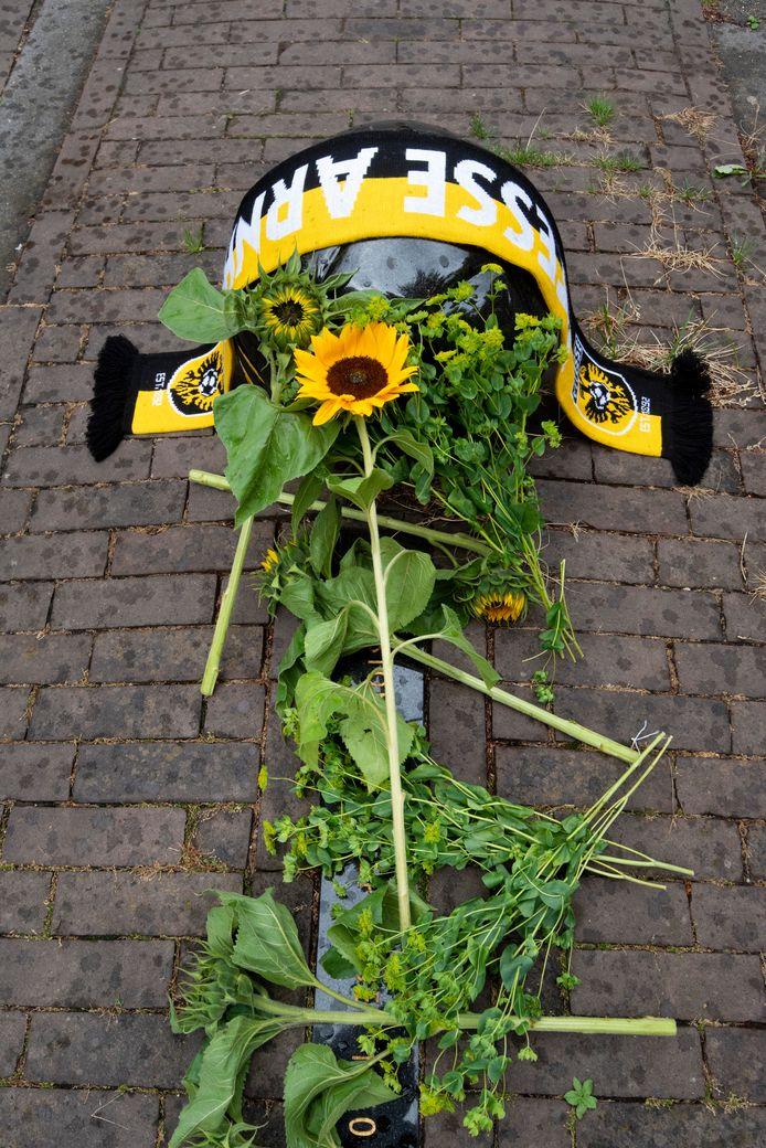 Bloemen en een sjaal voor Curovic bij monument voor stadion Nieuw-Monnikenhuize onderaan de Dominicanenweg in Arnhem.