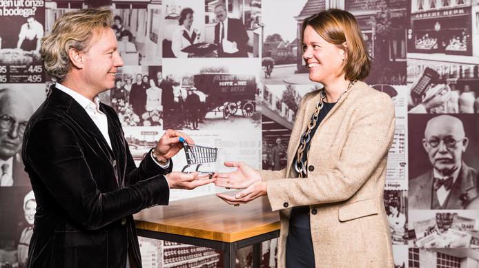Marit van Egmond (rechts) is vanaf 1 februari de nieuwe ceo van Albert Heijn. Ze volgt Wouter Kolk op.