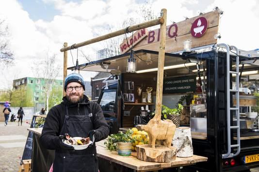 Daan Rutten (43) en zijn foodtruck Voldaan Barbecue, 'fokking lekkere spareribs' en 'heerlijke hamburgers' vers uit de BBQ-Landrover.