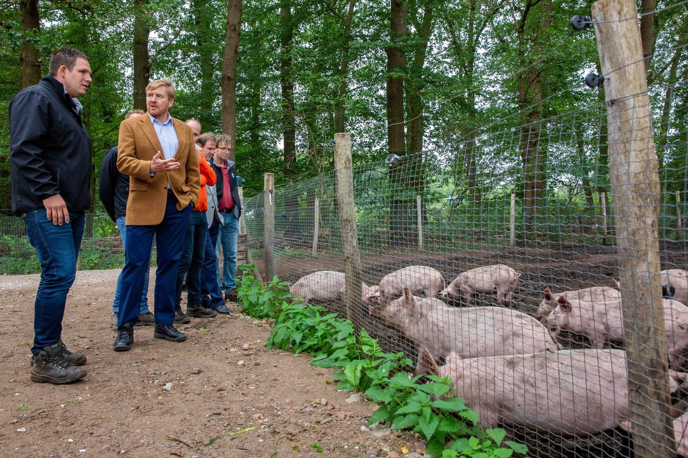 Koning Willem-Alexander tijdens een werkbezoek aan de Herenboeren in Boxtel.