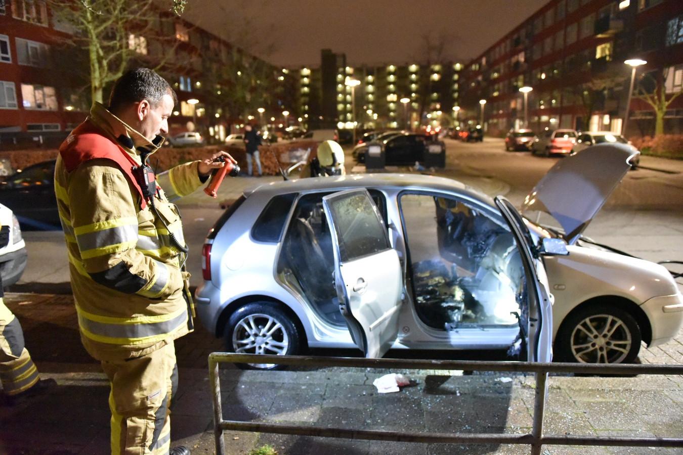 De auto op de Bevinlaan brandde van binnen uit door de brandstichting.