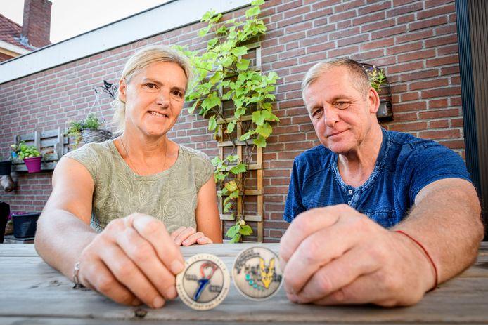 GOOR - Veteranenechtpaar Erik en Lyanne Paskamp hebben beide speciale munt van de gemeente gekregen net als 150 Lyanne en Erik Paskamp tonen de voor- en achterkant van de speciale munt die ze als dank voor hun inzet als  uitgezonden militairen kregen van het gemeentebestuur.
