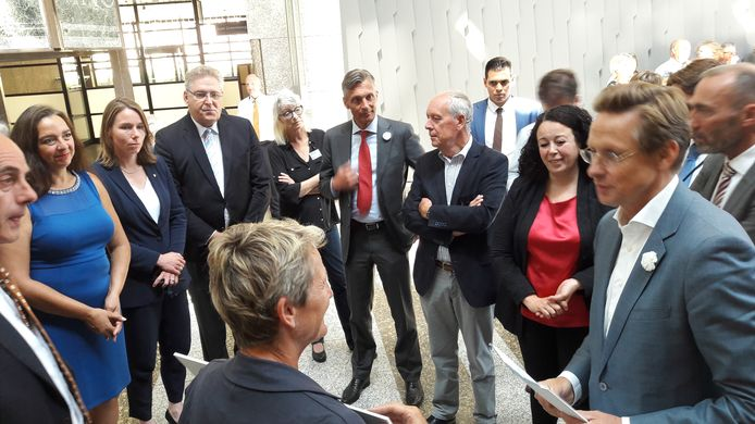 Leden van een delegatie uit Gilze en Rijen bieden in Den Haag een petitie aan waarin zij vragen de geluidzones van de vliegbasisis opnieuw vast te stellen. Diverse Kamerleden zijn gekomen om hun licht op te steken.