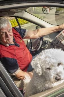 Kees (75) staat al 30 jaar om 3 uur op om samen met hond Bengel de Stentor te bezorgen