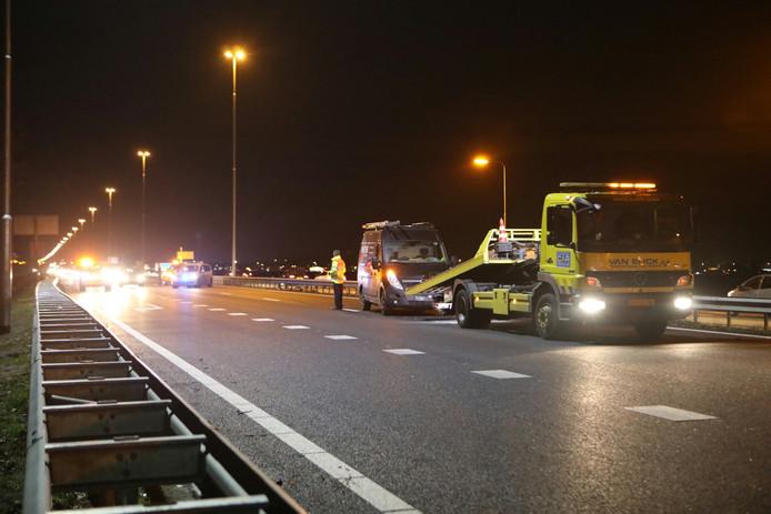 Auto in vangrail A59 bij Waalwijk zorgt voor flinke file.