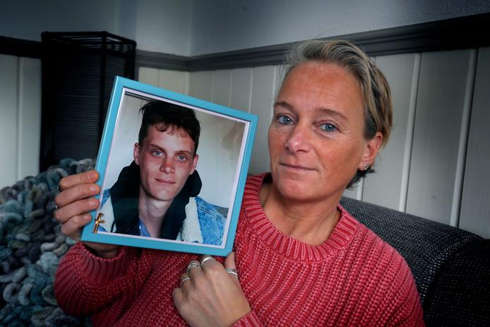 Helena Dousis met een foto van Pepijn. ,,Ik mis alles aan die jongen.''