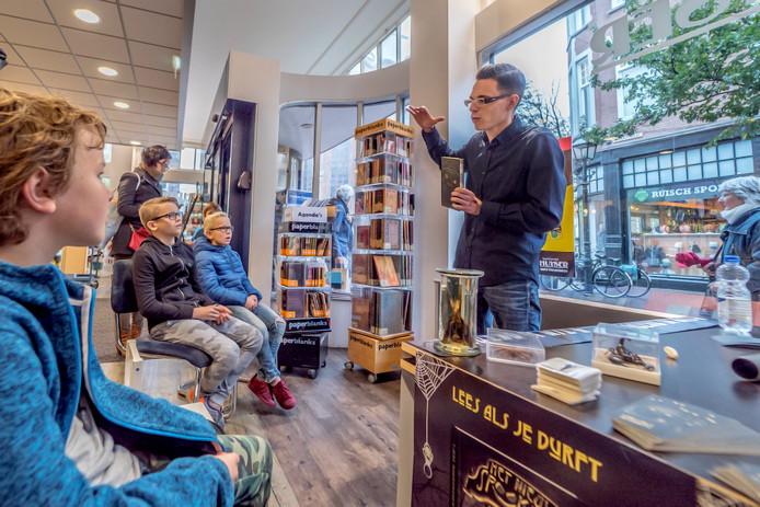 Kinderen luisteren geboeid naar Tjerk Noordraven.