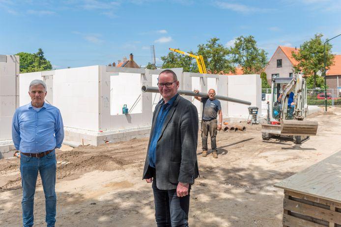 Rob Weijers (l) en Walter Schuurmans (r) op de bouwlocatie aan de Michiel de Ruyterstraat.
