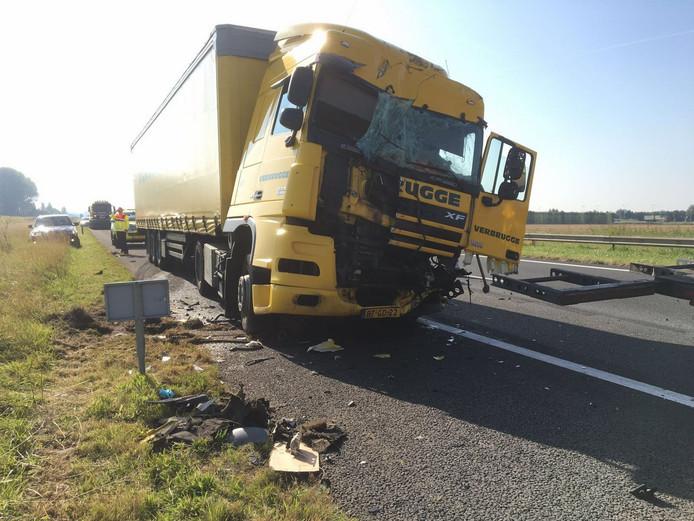 Een van de vrachtwagens die in de buurt van Kruiningen op elkaar botsten in de file.