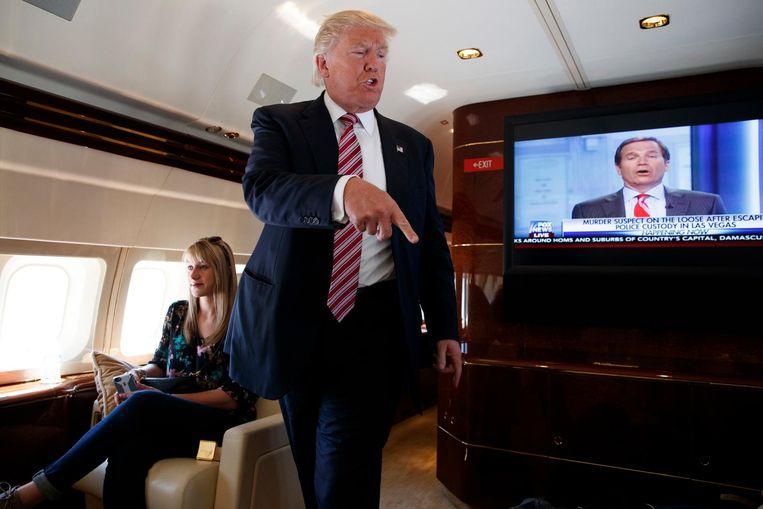 Donald Trump praat met de pers in zijn privé-Boeing. Sinds maandag reizen de journalisten die Clinton constant volgen, de zogenaamde 'Boys on the Bus', met haar mee in Clintons vliegtuig. Trump doet dat niet. Hij zegt dat zijn toestel hiervoor niet geschikt is. Beeld AP