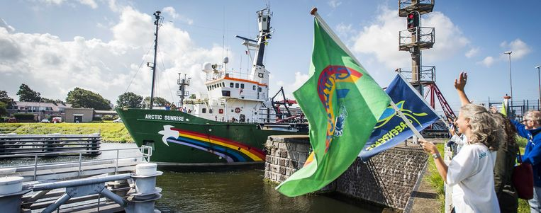 Het actieschip Arctic Sunrise van milieuorganisatie Greenpeace gaat door de sluizen bij IJmuiden. Beeld ANP