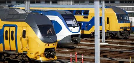 2757 handtekeningen tegen schrappen intercity naar Amsterdam CS overhandigd aan staatssecretaris