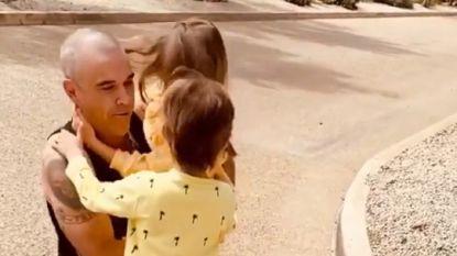 "Emotioneel weerzien Robbie Williams en kinderen na drie weken quarantaine: ""Papa!"""
