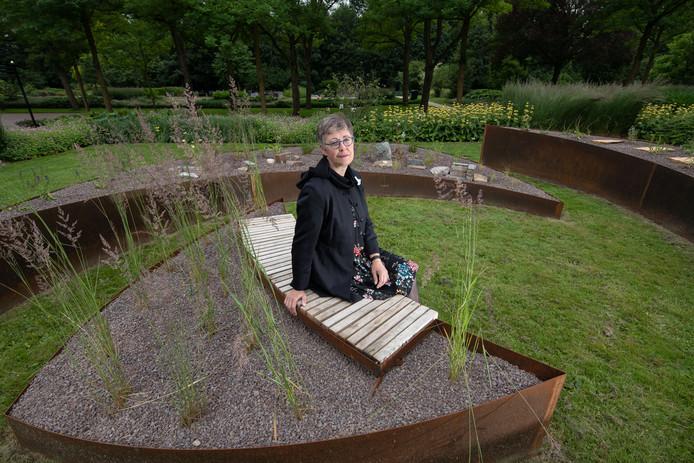 Karin Hofstede van Stichting Wereldlichtjesdag bij het eerste deel van het monument op begraafplaats de Wissel in Dronten.Foto Freddy Schinkel, IJsselmuiden © 120618