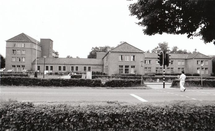 Het asielzoekerscentrum in het voormalige Reuselse nonnenklooster (1994).