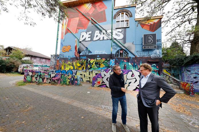 Het oude Doornroosje aan de Groenewoudseweg. Op de foto: bestuursvoorzitter Cok Buijs (links) en Paul van Buul van De Basis.