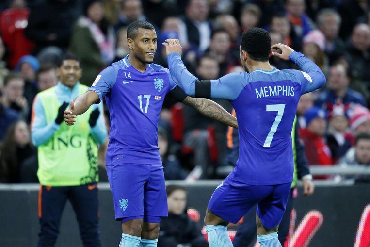 Luciano Narsingh scoort en viert de 1-2 met Memphis Depay tijdens de vriendschappelijke wedstrijd van het Nederlands elftal tegen Engeland. Beeld anp