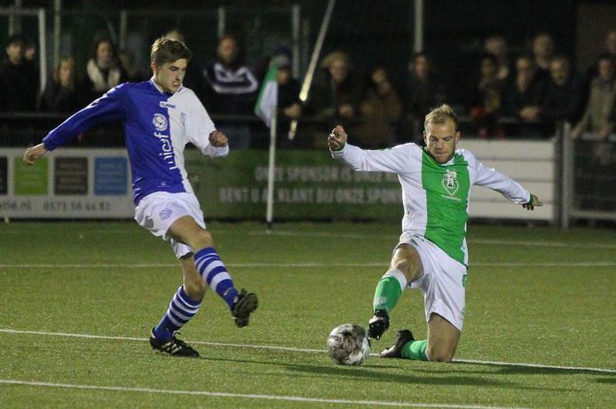 Thom Boeve van Warnsveldse Boys (rechts) nam het eerder dit seizoen op het kunstgras op zijn eigen sportcomplex op tegen Felix Mulder van AZC (links).