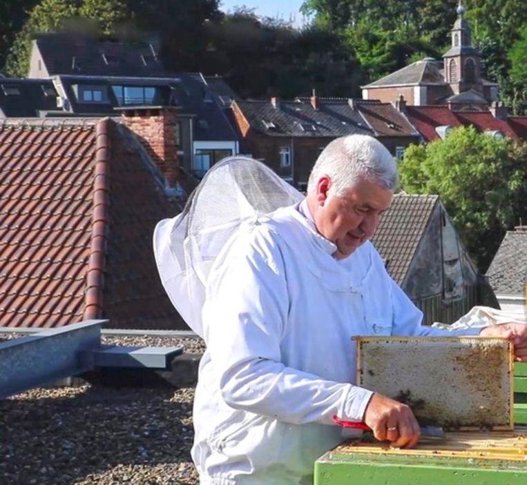 Imker Noël Vlayen bij zijn bijen