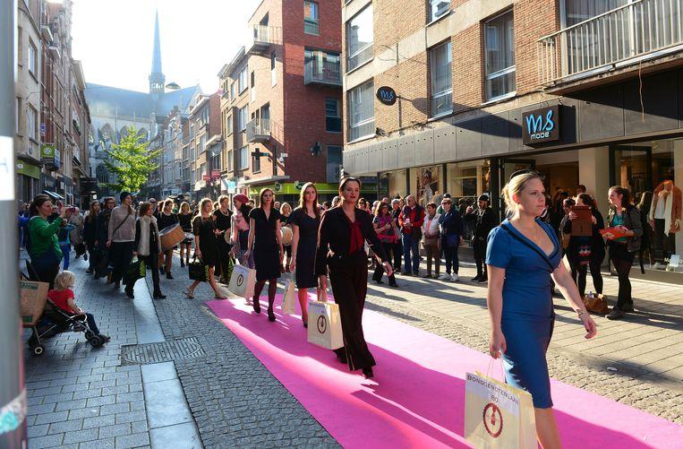 Zwangerschapskleding Leuven.Modellen Lopen Door Centrum Leuven In De Buurt Hln