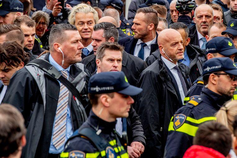 Geert Wilders omringd met persoonsbeveiligers van de Dienst Koninklijke en Diplomatieke Beveiliging (DKDB). Beeld ANP