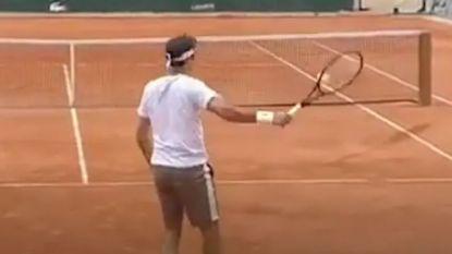 Federer voor het eerst in vier jaar nog eens op Roland Garros en zijn balcontrole gaat meteen viraal
