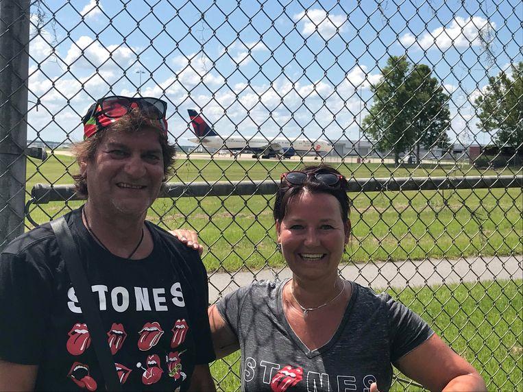Luc Van der Hoeven en zijn vriendin Ria in de VS met het vliegtuig van The Rolling Stones op de achtergrond.