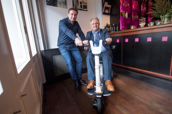Johannes Gergin en zijn schoonvader Fehmi Çitgez op de inklapbare scootmobiel, de ATTO.