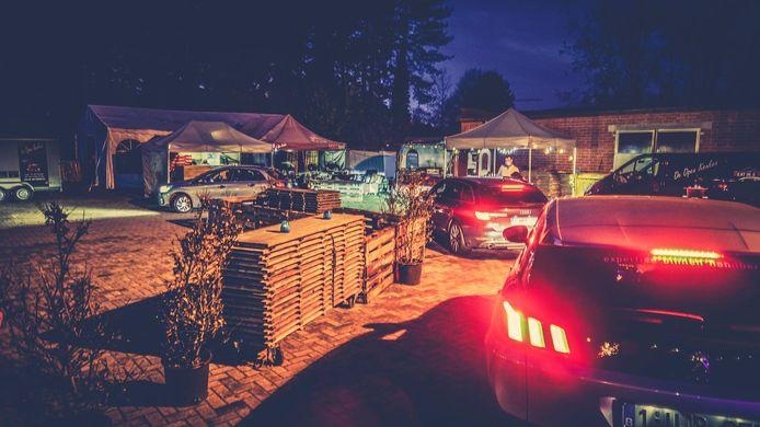 De drive-inbarbecue is volledig versierd met kaarsjes en lichtjes voor een gezellige sfeer.