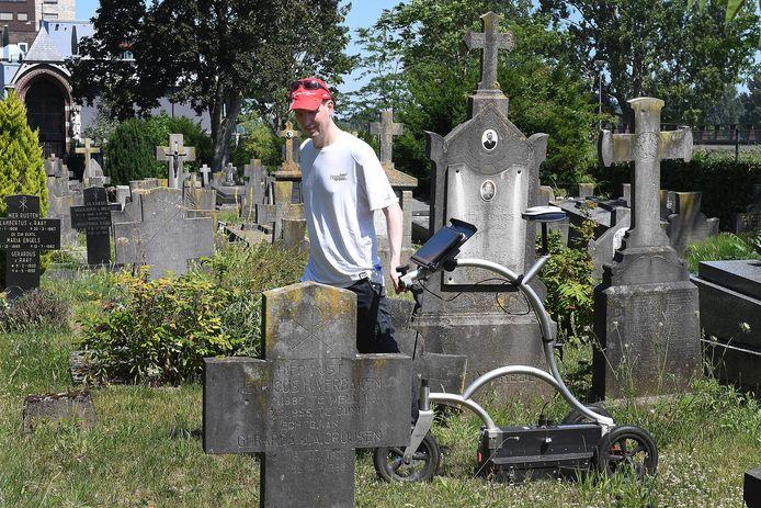 Bas Verbeek, vrijwilliger in de archeologie, met zijn grondradar aan het werk op het oude kerkhof bij de Martinuskerk van Cuijk.