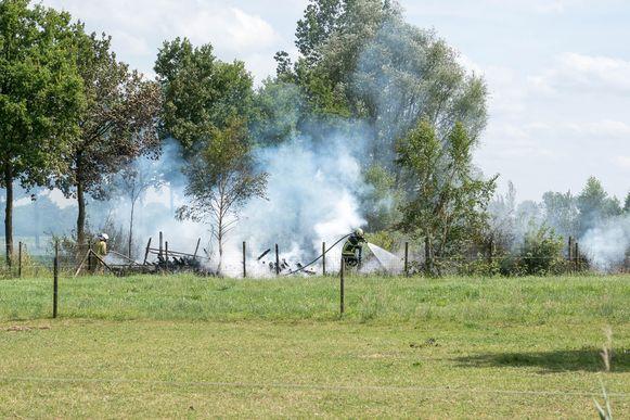 De brandweer had twee uur nodig om alle smeulende resten geblust te krijgen.