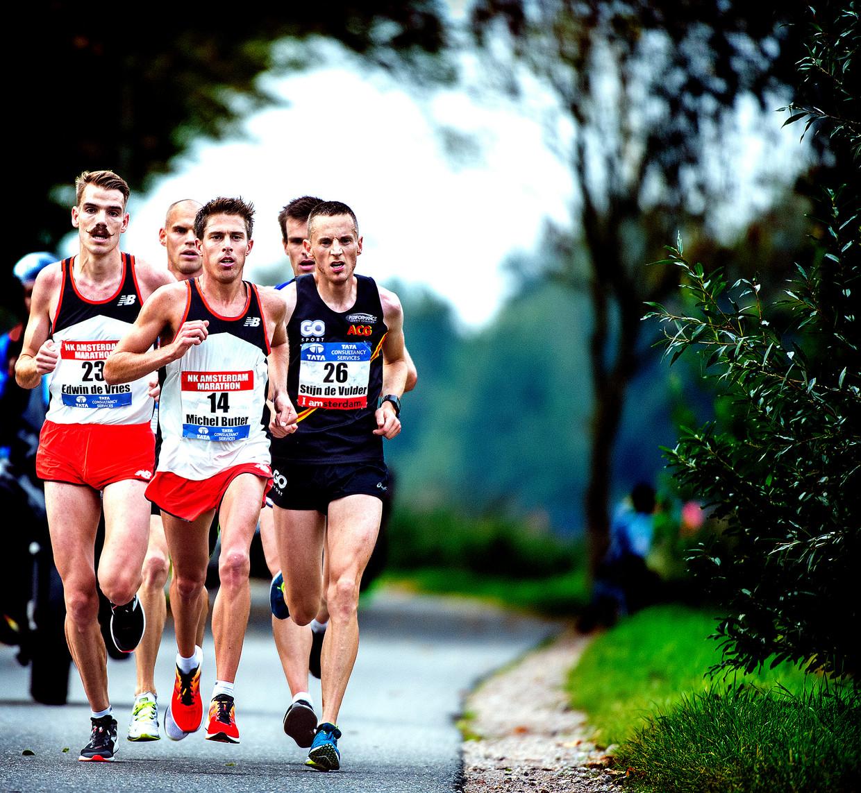 Met kramp in beide benen wordt Michel Butter Nederlands kampioen tijdens marathon van Amsterdam