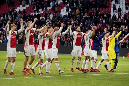 Ajax-spelers bedanken het publiek na de 2-0 zege in de Arena.