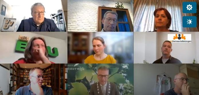 Gemeenteraad van Oisterwijk vergadert digitaal, met onder in het midden burgemeester Hans Janssen als voorzitter