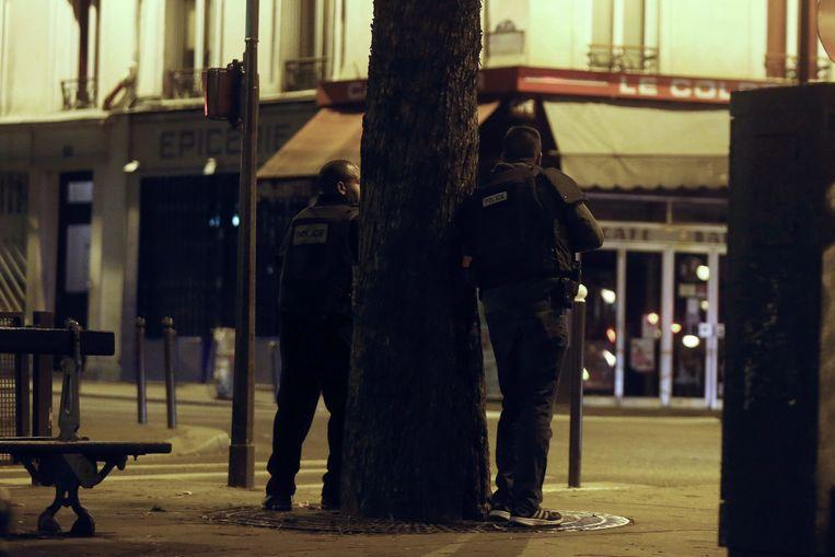 Agenten bewaken de Rue Bichat na de aanslag. Beeld epa