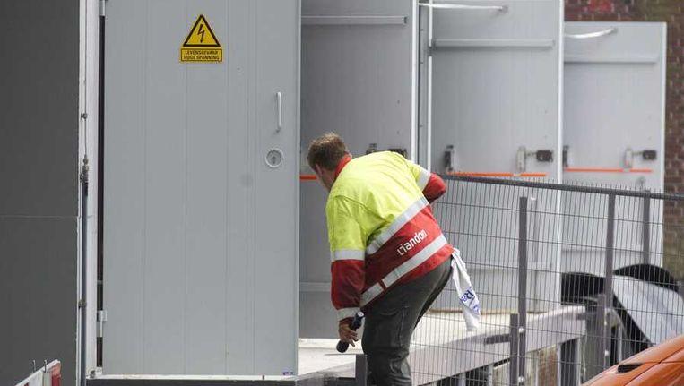 Medewerkers van het energiebedrijf herstelden een paar dagen geleden de stroomvoorziening bij een station aan de Wassenaarseweg in Leiden Beeld anp