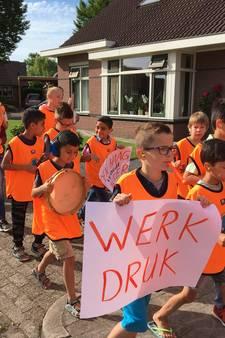 Lawaai in Wezep en taart in Raalte als steun aan onderwijsactie
