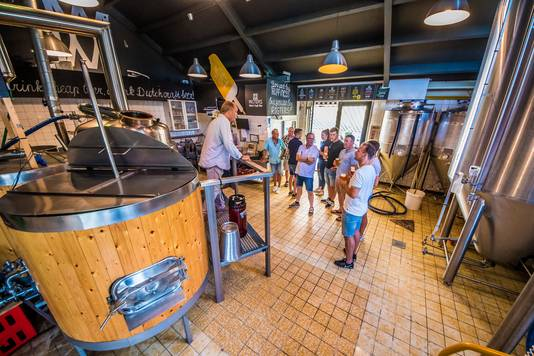 Daan Hogenelst (links) legt uit hoe het bierproces bij Rigters vorm krijgt.