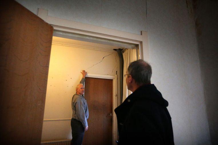 Minister Henk Kamp van Economische Zaken bezoekt een door aardbevingen verzakt huis in Groningen. Beeld anp
