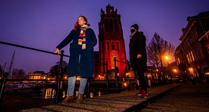 Hoe moeilijk het ook is: praat over huiselijk geweld, zeggen ervaringsdeskundigen Saskia (links) en Lara. De Grote Kerk in Dordrecht kleurt deze periode oranje om aandacht te vragen voor geweld tegen vrouwen.