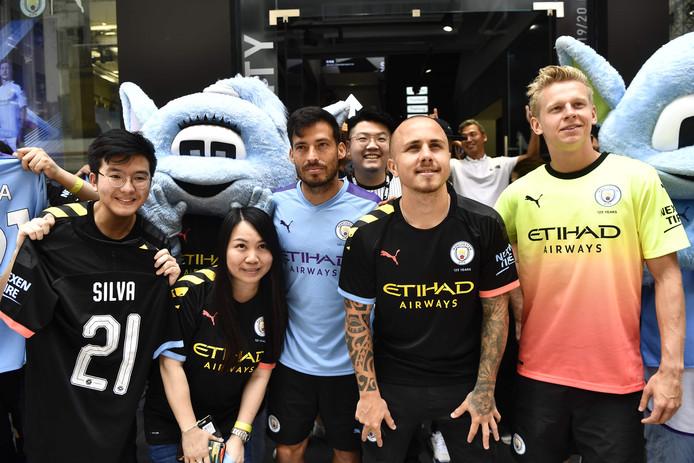 David Silva, Angelino et Oleksandr Zinchenko avec des fans