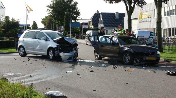 De twee flink beschadigde auto's.
