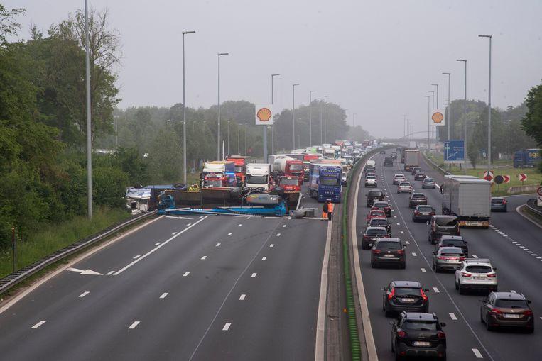 De gekantelde vrachtwagen versperde de volledige E40 in Wetteren richting Brussel.