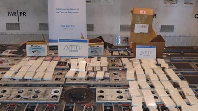 De drugsvangst op de internationale luchthaven in Ezeiza, nabij Buenos Aires in Argentinië. In het toestel werd ruim tachtig kilo cocaïne aangetroffen.