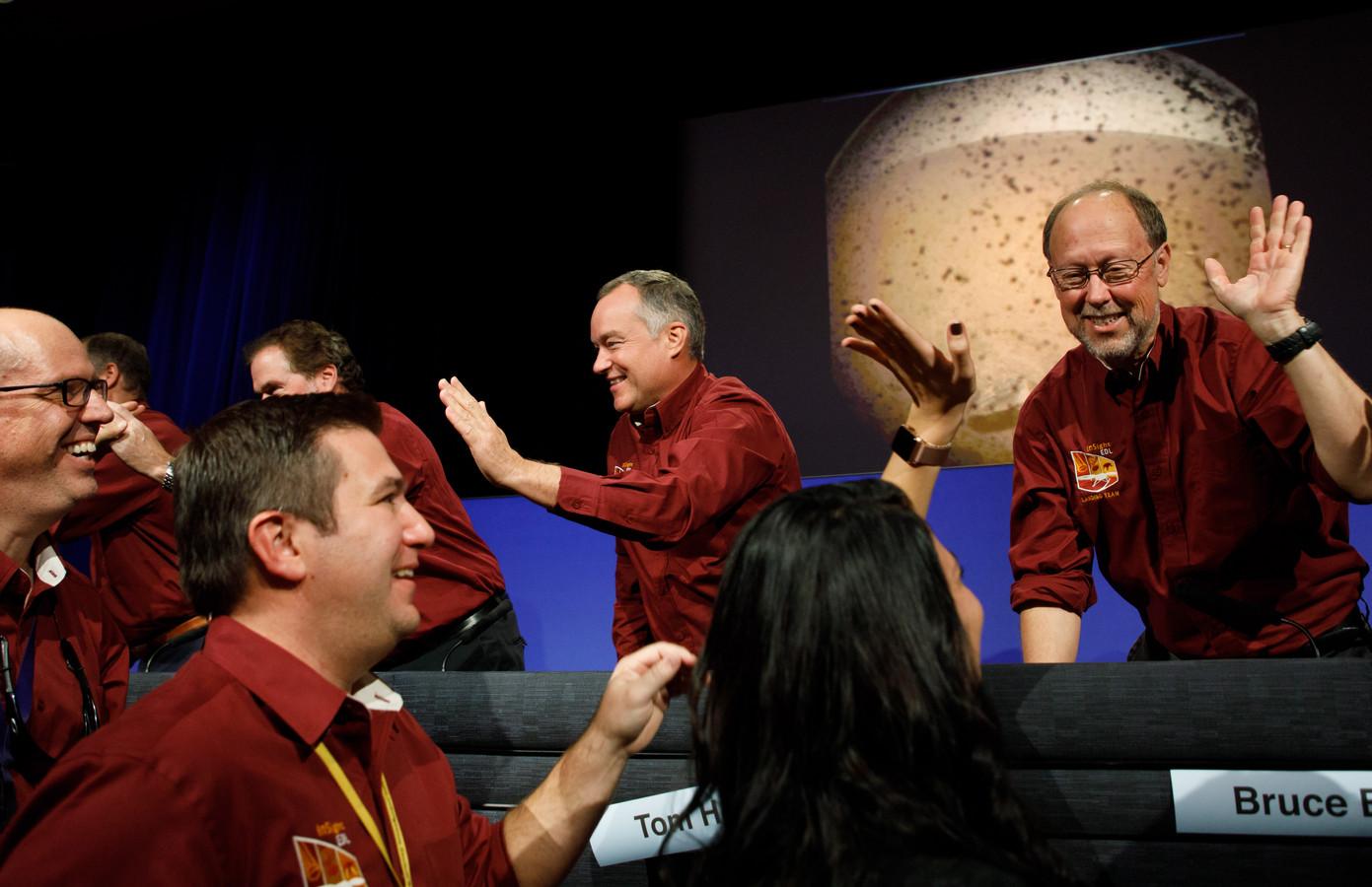 Vreugde bij de vluchtleiding in Californië na de succesvolle landing van Marslander InSight.